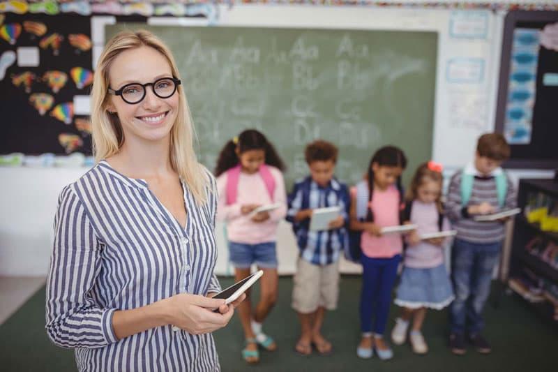 Lehrerin vor einer Schulklasse